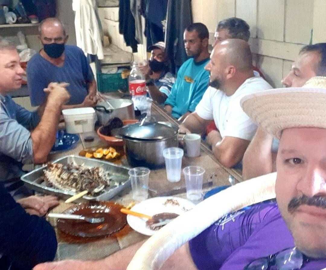 Gean almoçando com pescadores - Foto Elcinho da Rosca